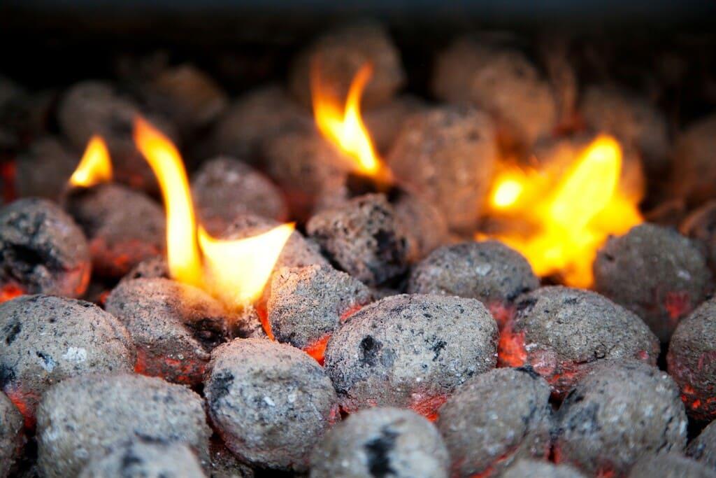 Come-si-accende-la-carbonella-per-il-barbecue
