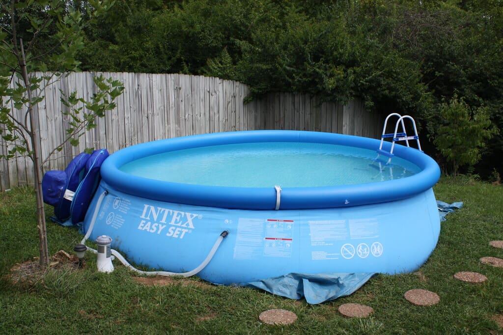 Cosa-mettere-sotto-la-piscina-per-non-ridurla-a-un-colabrodo