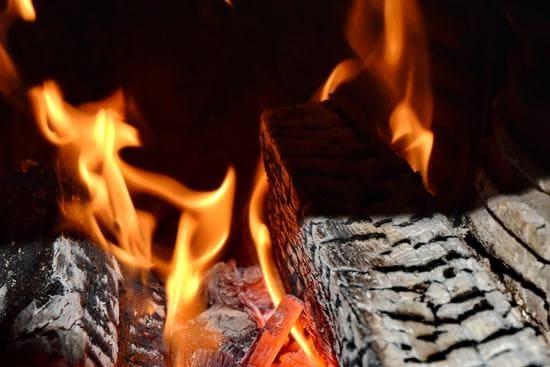 Disponi-correttamente-la-legna-per-accendere-il-camino-senza-diavolina