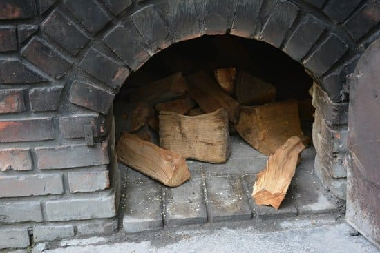Prepara-le-tavole-di-legno-per-accendere-il-camino-senza-diavolina