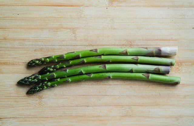 Asparagi-verdura-di-stagione-a-giugno