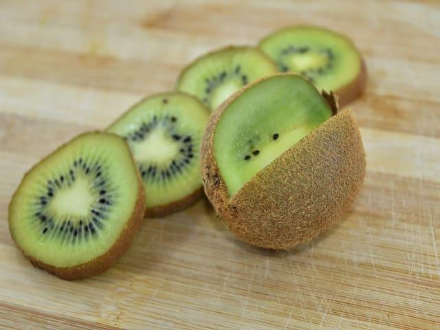 Kiwi-con-buccia-o-senza-buccia