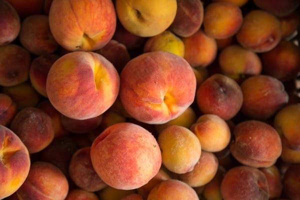 Pesche-frutti-di-stagione-di-agosto