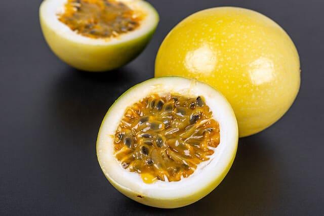 mangiare-il-frutto-della-passione-fresco