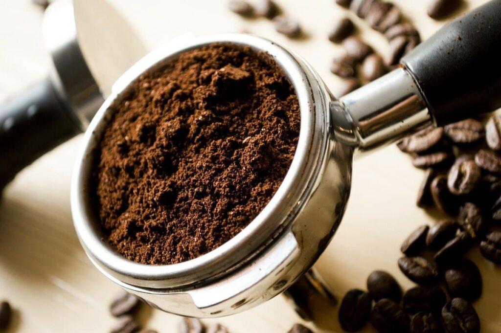 Come-usare-i-fondi-di-caffe-per-le-piante